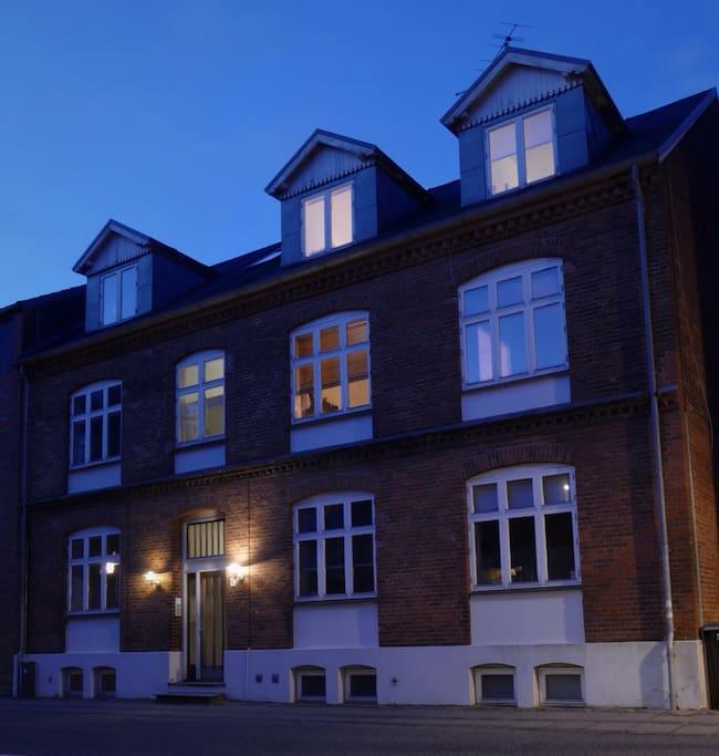 Hyggelig og rolig lejlighed på anden sal i dette gamle charmerende byhus