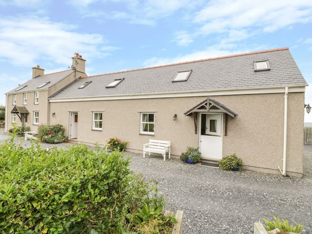 ERW NEWYDD COTTAGE, romantic, with a garden in Aberdaron, Ref 966873