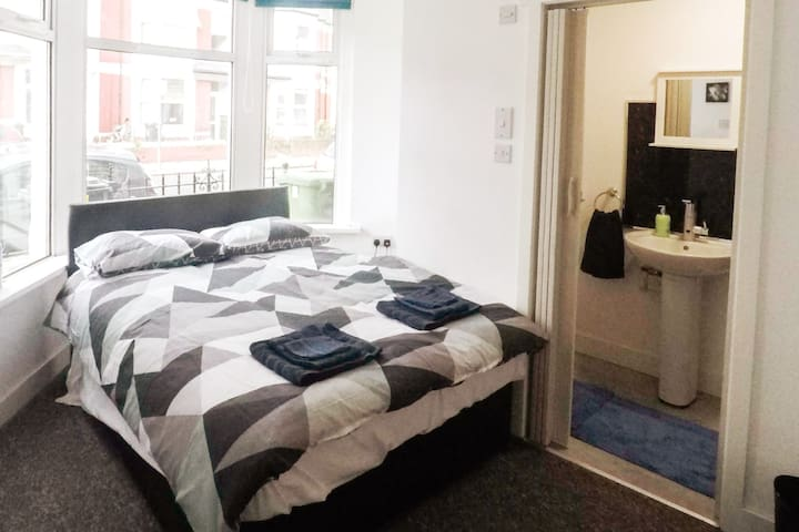 30% OFF - Double Bed+ Private Bathroom By The City