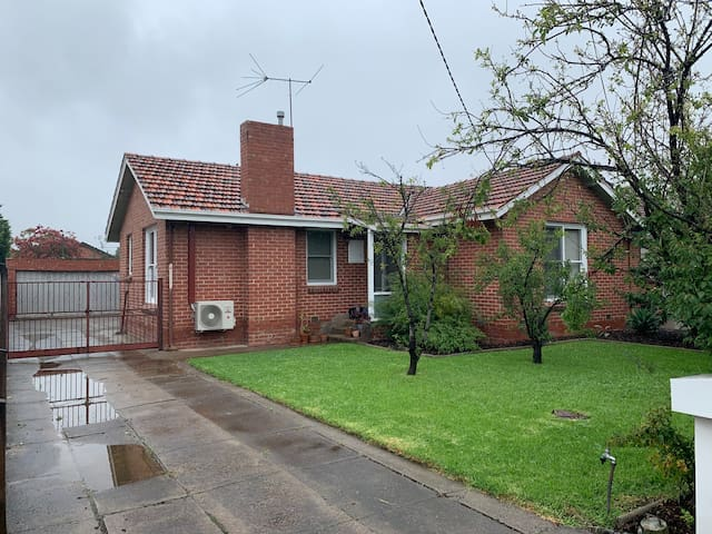 Large cosy & quaint home in Preston South