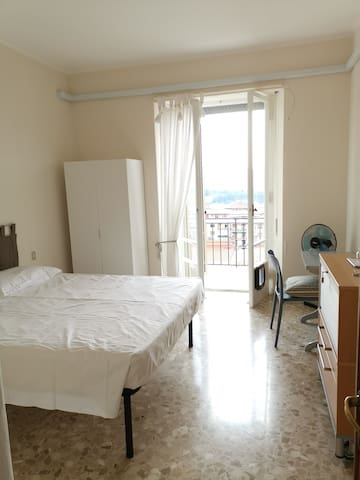 Stanza matrimoniale con balcone e vista su Perugia