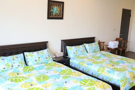 VIP4人套房 兩張雙人床 寬敞舒適 空氣採光佳 私房海灘 自行車首選 高跟鞋教堂旁