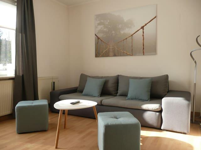 Wohnzimmer mit kleinem Balkon