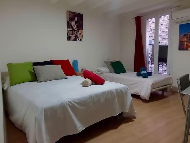 Nice Bedroom walk to Las Ramblas