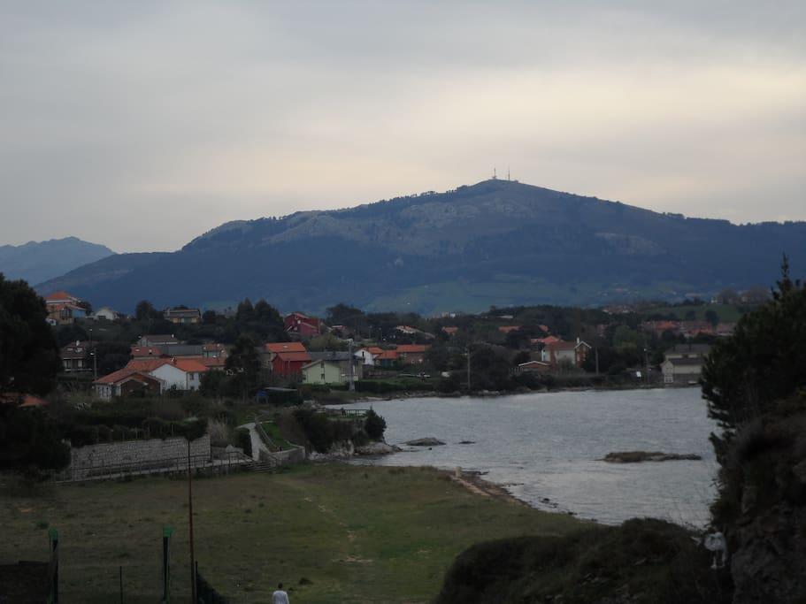 Vista del pueblo, playa de Pedreña y al fondo Peña Cabarga desde la habitación
