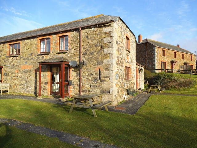 COW COTTAGE 2 BEDROOM CLOSE TO POLZEATH AND ROCK