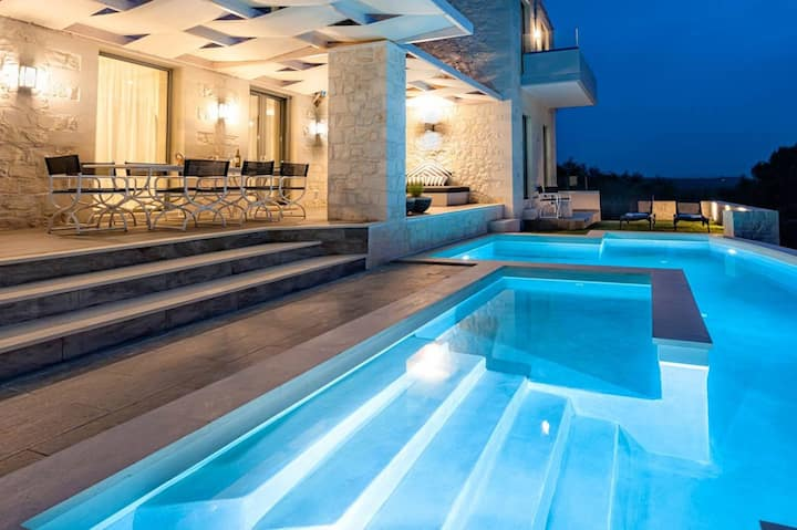 Mythic Grove Villa - Amazing View - Heated Pool!