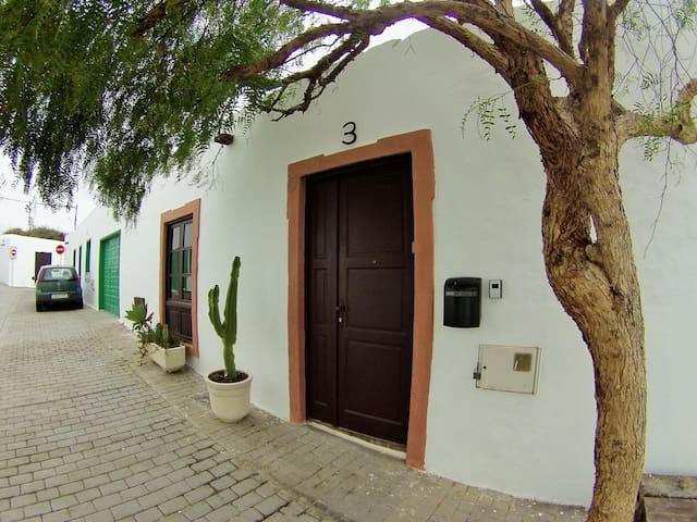 FACHADA / FRONT DOOR