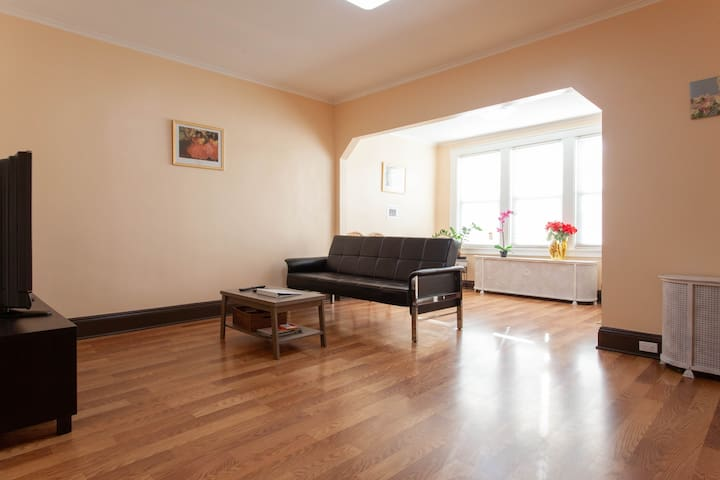 B) Comfy Full Bed Wifi near JFK Airport and Subway
