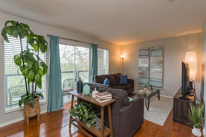 DOWNTOWN Condo! Next to Broadway! Clean & Pool!