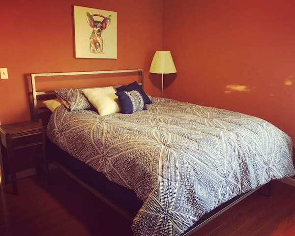 Room in Warm Artsy Apt 2 blocks from Lake Merritt!