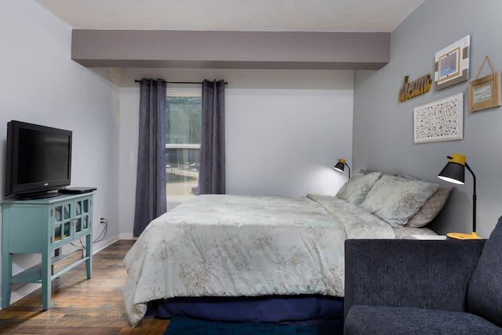 Bedroom with king size memory foam mattress