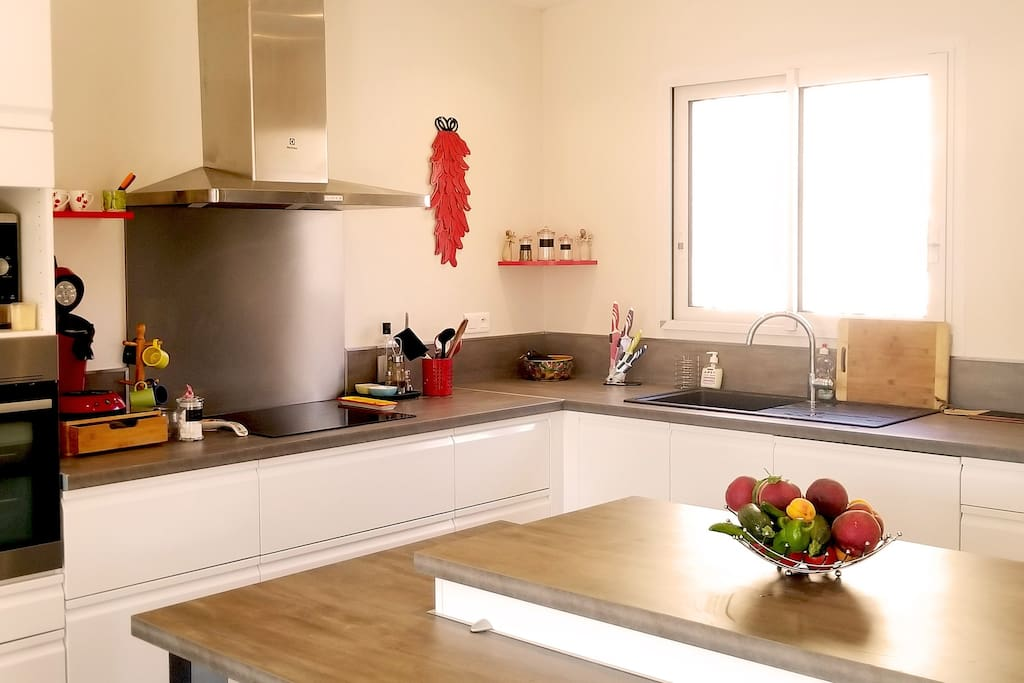 Cuisine toute équipée. Fully equipped kitchen with 4 seats kitchen island.