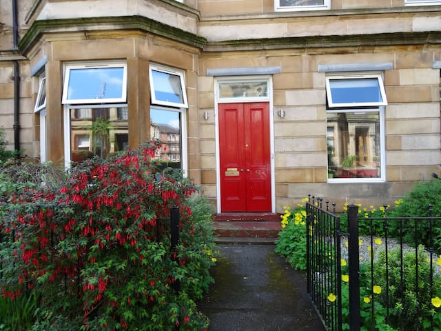 Charming and light 2 bedroom house in Dennistoun