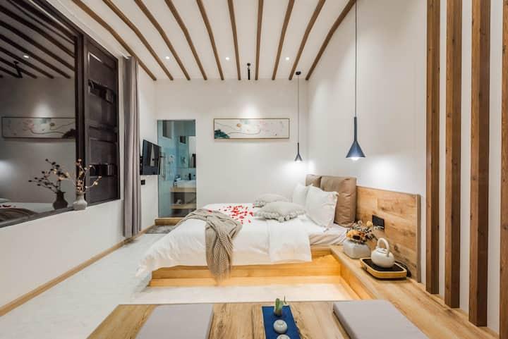 大理古城内山景大床房 有空调 两扇超大窗户采光极佳  坐在房间门口的玻璃露台上尽情享受空气,阳光