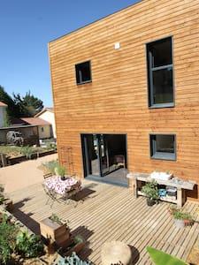 Maison ossature bois, bien être et santé - Saint-Didier-de-Formans - 自然地形を利用した家
