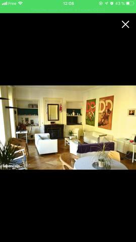 Chambre cosy et minimaliste dans une colocation