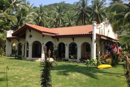 Spanish Style Beachfront House - New Busuanga - Casa