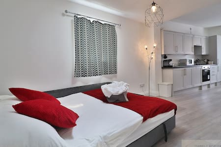 *Bedford Hospital*Self-Catering*Studio*FREE Wifi*