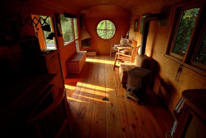 Blick in den Wohnbereich mit Kamin
