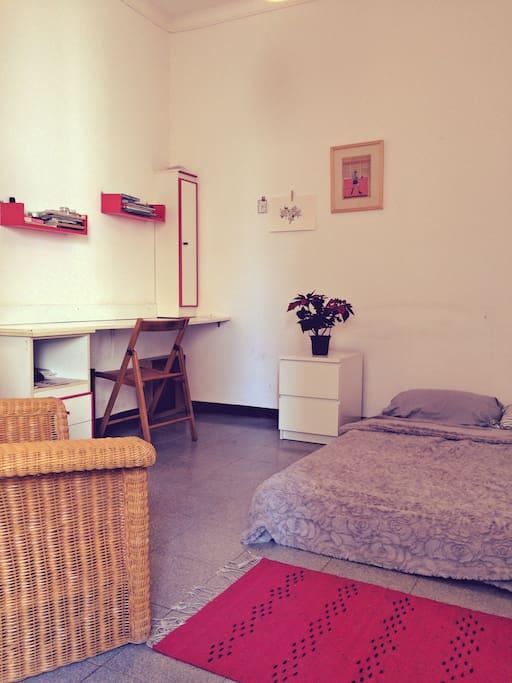 Amplia Habitación con escritorio y Cama matrimonial