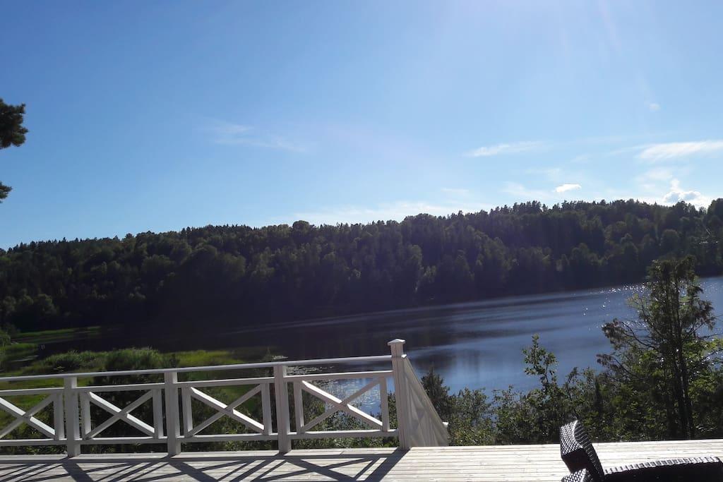 Herlig utsikt fra terrassen,  kort vei til vannet .