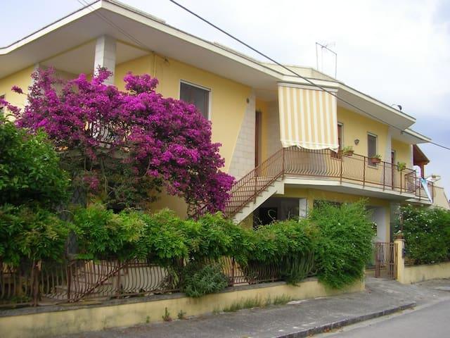 Appartamento luminoso ed accogliente con giardino.