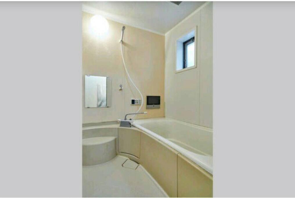 2 clean bathrooms with 24H hot water 乾淨的2個浴室24小時熱水供應