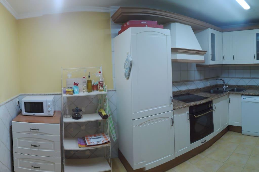 PANORÁMICA COCINA, con todos los electrodomésticos y utensilios necesarios