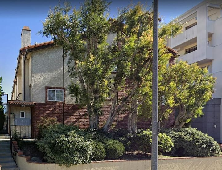 2/ 2.5 Townhouse, Great Area Close to Everything!