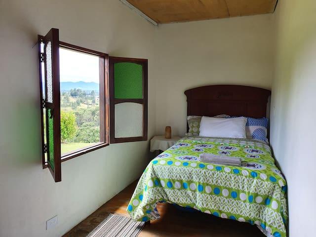 Habitación privada con cama doble y vista al valle de San Nicolas