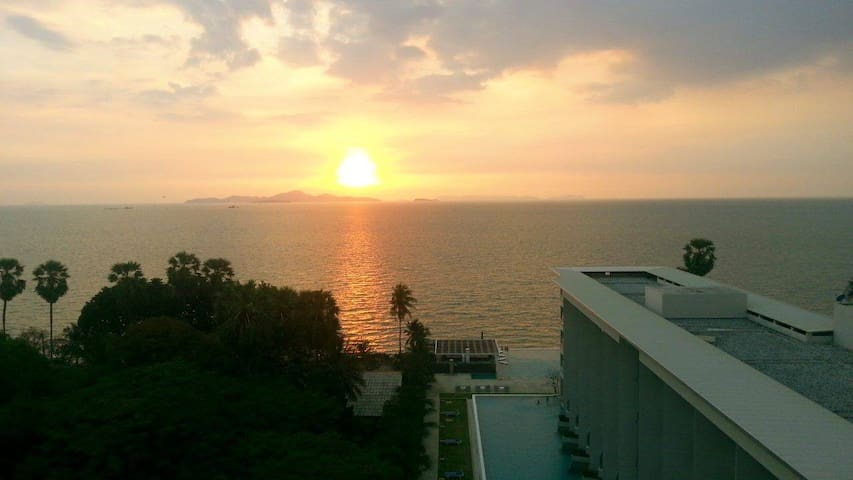 Beautiful Beachfront/Pool/Balcony/Seaview Condo! - Pattaya - Appartement