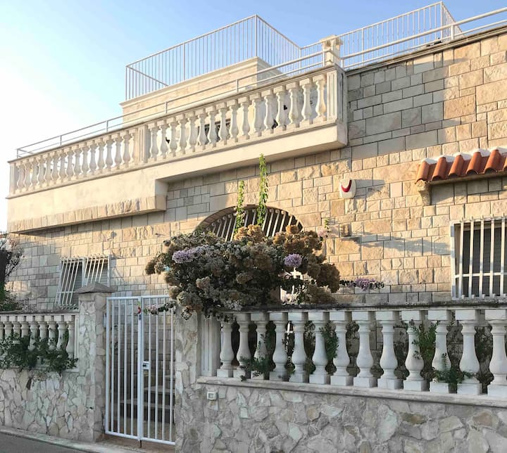 splendid villa a stone's throw from the sea
