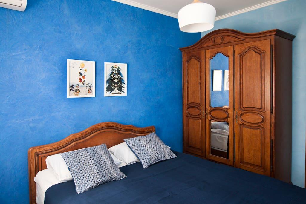 """Уютная спальня с видом из окна на ТЦ """"Европейский"""""""
