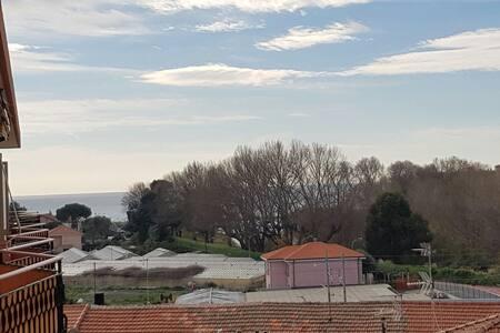 Accogliente bilocale con vista mare - Camporosso