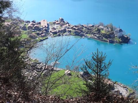 романтично типично швейцарско село на езерото Бриенц