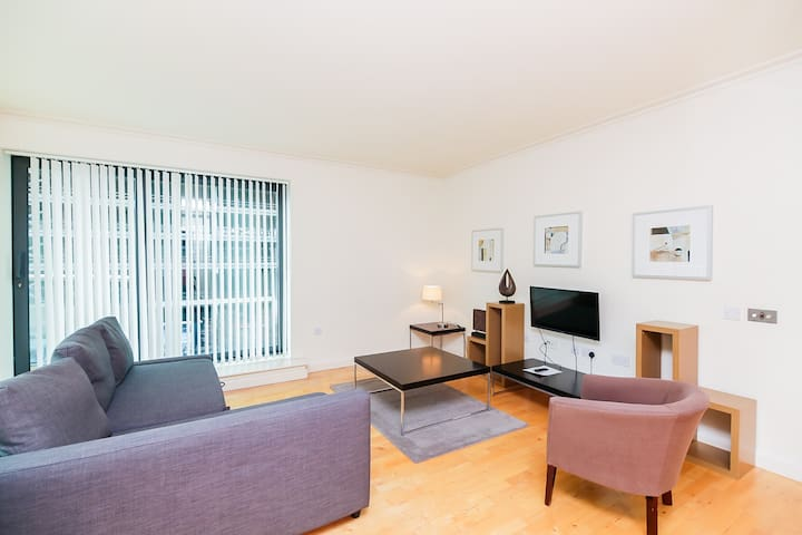 Great 2Bed Located near tube and Dlr