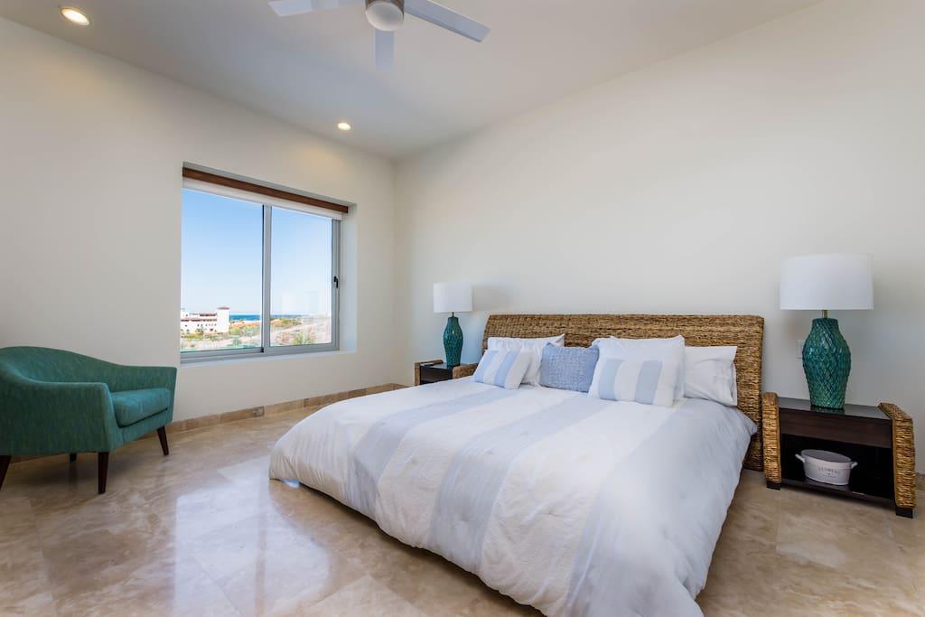 Espaciosa recámara con cama king size y vista al mar