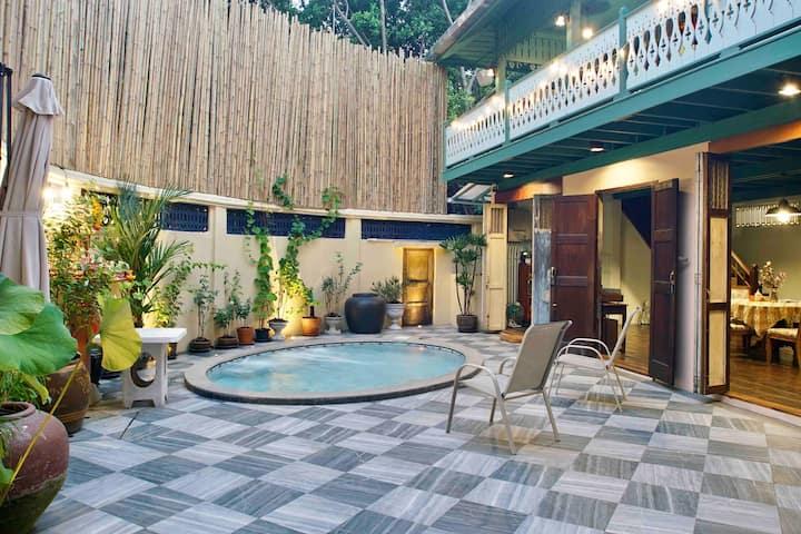 Teak House/Jacuzzi pool/5min MRT/Local Antique/2BR