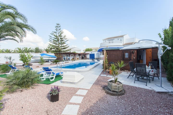 Chalet, private pool,gdn, wi-fi and secure parking - Torrevieja - Almhütte