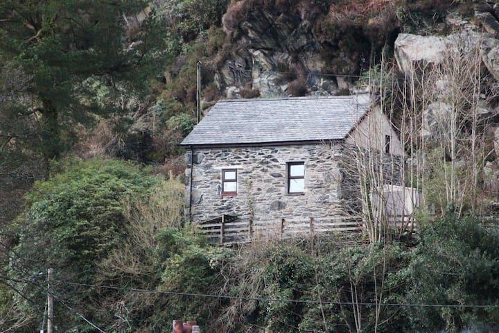 Penllwyn, Traditional Snowdonian Stone Cottage