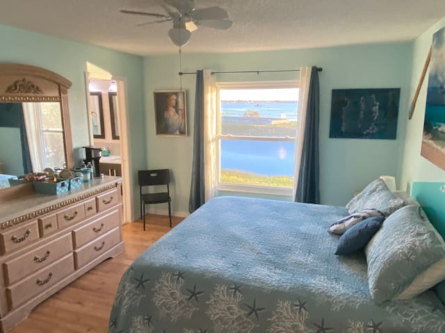 Spacious King room w Lakeview, pool Close to beach