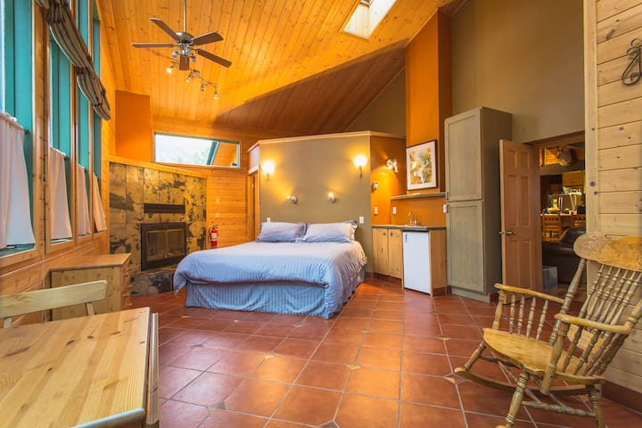 Spacious Panoramic Bed & Breakfast Suite