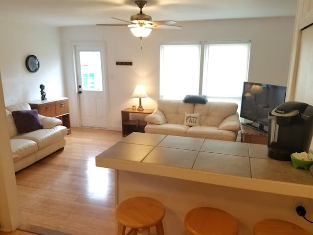 Casa Verde 1 mile to town, laundry, wifi, pets ok!