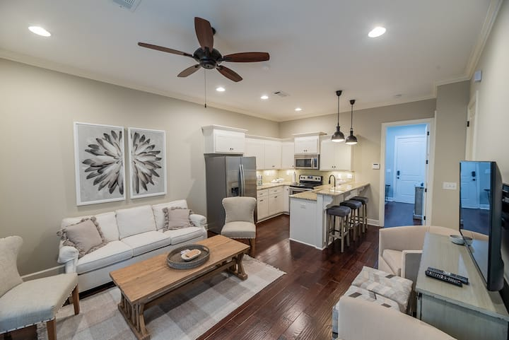 Downtown designer townhouse - walk to everything!
