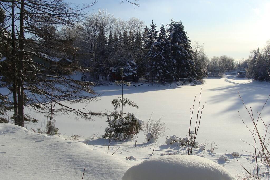 Vue sur le lac du salon /  Lake view from the living room