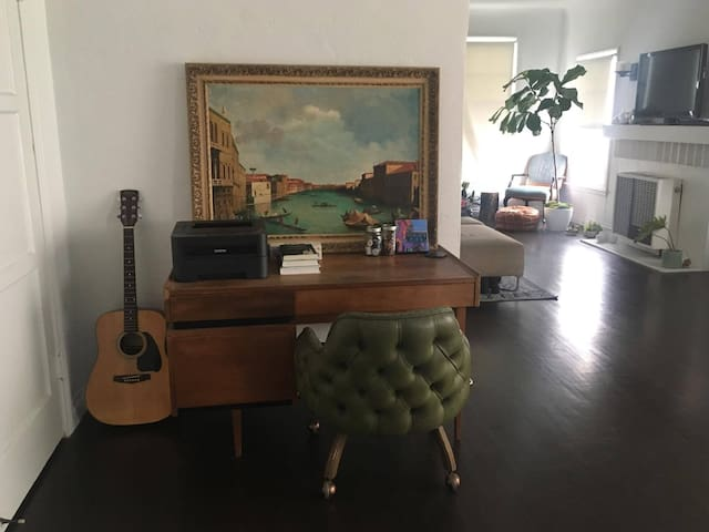 BRIGHT AIRY 2 BR IN CENTRAL LOCATION!