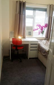 Spacious Single Room near Station! - Romford