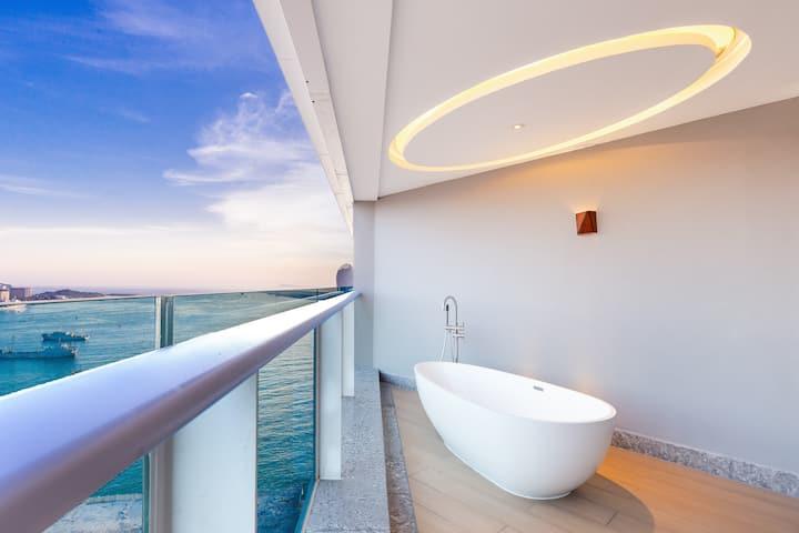 三亚湾/市中心凤凰岛对面/半山半海/ins北欧一居室海景/浴缸泳池大床●预定即赠:接机+游轮出海