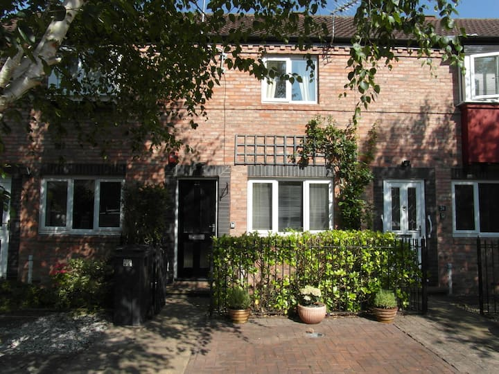 Spacious Townhouse Short Walk From The City Centre